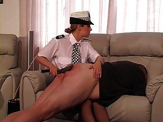 女英雄警察惩罚和手杖的家伙