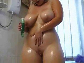 胖乎乎的女孩在淋浴里变脏了