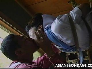 性感的小亚洲女孩被绑起来,嘲笑她的。。