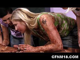 绝对是裸体的人,服务cfnm女士为蛋糕盘