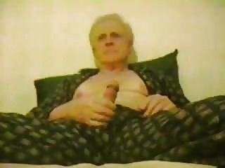 老年男子睡在睡衣上