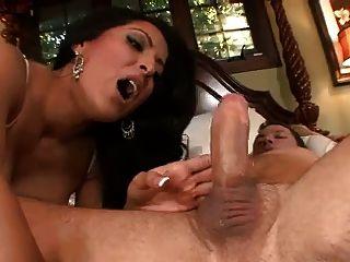 kiara mia是一个性感的女仆