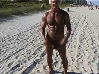 70岁的健美运动员在裸海滩