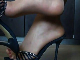 脚在尼龙和高跟鞋