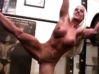 性感的肌肉女人在健身房