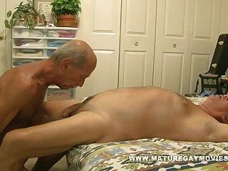 肌肉成熟的男人他妈的年轻的屁股
