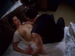 爱丽丝米兰拥抱吸血鬼