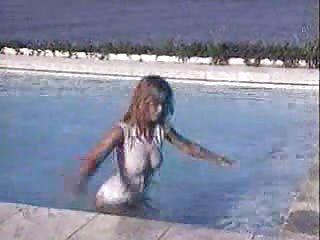 泳池里的克劳迪亚·沙夫弗