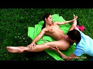 灵活的体操运动员青少年喜欢kamasutra性