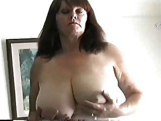 成熟的milf与大山雀摩擦她的阴部