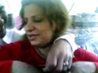 伊拉克妓女展示山雀,亲吻一个人