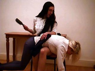 顽皮的女学生受到惩罚