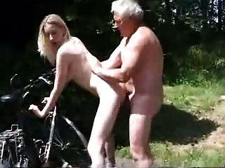 年轻骑自行车的人要求老人帮忙