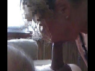 热金发的俄罗斯米尔夫人吮吸一只大公鸡,然后骑着它1