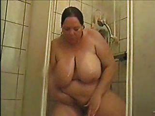 德国bbw阿斯特丽去洗澡和擦猫