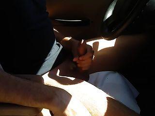 有热门公鸡的男子在汽车和暨中踢了! 业余