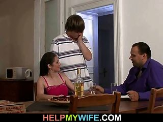 丈夫看着他热捧的老婆戴绿帽子