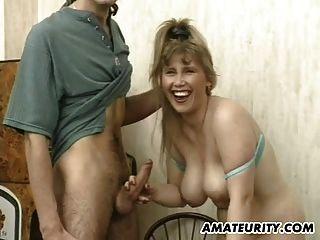 丰满的业余女朋友吸吮和他妈的面部