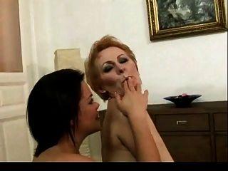 年轻女孩舔毛茸茸的成熟的猫bvr