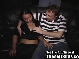 拉丁美洲青少年荡妇品尝陌生人热暨在色情剧场!