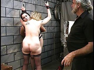 两个可爱的地下室bdsm女同性恋者出来,被大师舔起来