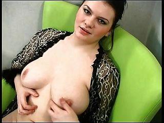 性感的胖乎乎的黑发显示她的身体