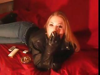 吸烟120毫米黑色皮夹克和手套的女孩