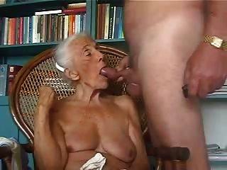 老奶奶喜欢吮吸年轻的公鸡
