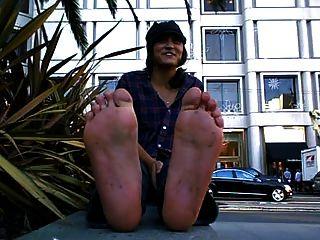 漂亮的女孩,脏肮脏的脚