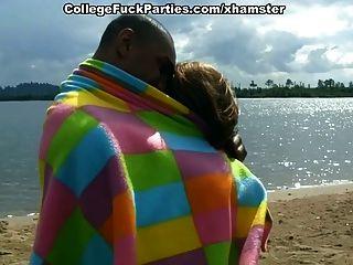 学生们在湖边上演了一个热群体的性感