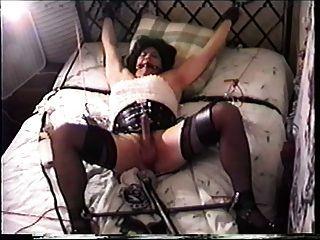 tg想念克里斯蒂在束缚和他妈的肛门机器