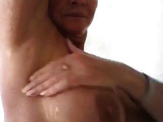 性感成熟的女人在淋浴