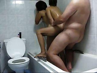有两个泰国妓女的家伙在淋浴自制