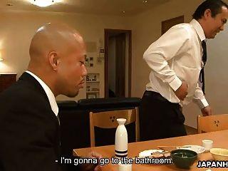 亚裔女仆把他吮吸在客户面前
