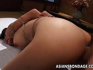 绑起来,她得到了她的泡沫屁股他妈的