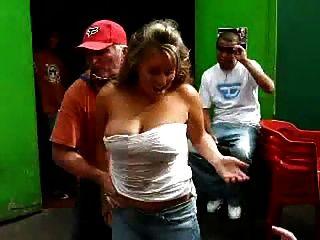 肮脏的老人玩热辣的女人的有趣的booze游戏