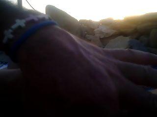在日落时我在海滩上的一个handjob