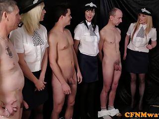 女性警察代理人羞辱