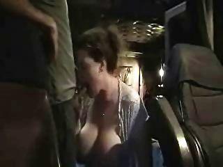 一个人被一个荡妇吮吸到他的卡车里