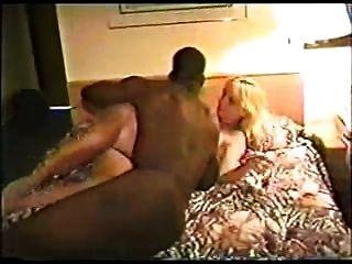 一个有黑人的酒店的热金发女郎