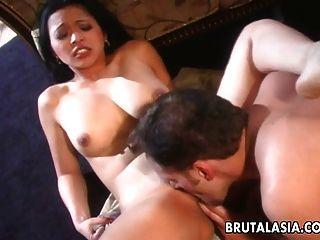 一个深色的黑发亚裔荡妇吮吸和他妈的