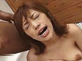 亚洲业余荡妇得到了充满暨的脸