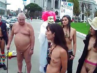 毛茸茸的女性,小空的下垂山雀裸体在公众场合