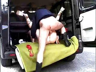 德国黑发他妈的在一辆面包车的背面