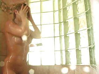 灿烂的裸体金发小鸡洗澡