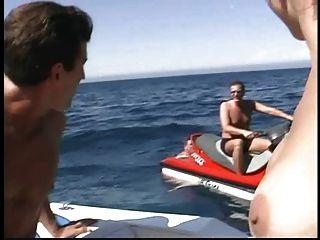 ryan conner他妈的在船上