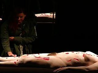 一个毛茸茸的女人裸体在剧院