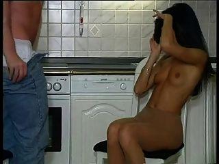在厨房里的热连帽的女孩