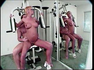 猩红色的臀部在健身房里