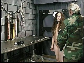 可爱的年轻黑发与纹身受到地牢中的大师len的束缚